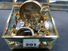 A SELECTION OF COSTUME JEWELLERY PRESENTED IN A GLASS JEWELLERY BOX.