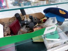A MIXED LOT OF COLLECTABLES TO INCLUDE TWO DUNHILL LIGHTERS, VARIOUS KEYS, ETC.