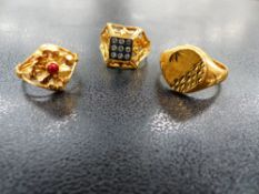 A 22ct GOLD SIGNET RING TOGETHER WITH TWO FURTHER YELLOW METAL RINGS.