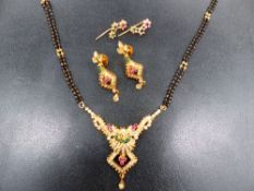 AN ORNATE COSTUME NECKLACE TOGETHER WITH MATCHING EARRINGS AND A FURTHER PAIR OF 22ct EARRINGS.