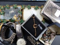 A BOX OF COLLECTABLES TO INCLUDE WATCHES, BROOCHES, ETC.