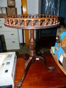 A VICTORIAN STYLE TRIPOD TABLE.