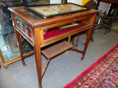 A GOOD QUALITY EDWARDIAN INLAID MAHOGANY BIJOUTERIE TABLE WITH BEVEL GLAZED TOP ON CROSS