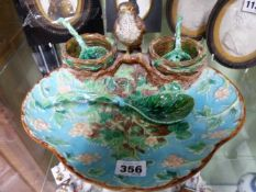 AN ANTIQUE ENGLISH GEORGE JONES MAJOLICA STRAWBERRY DISH OF SHAPED FORM WITH STANDING BIRD FLANKED