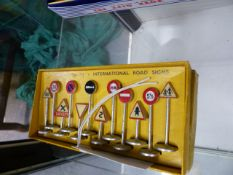 A BOXED SET OF DINKY TOYS 771 ROAD SIGNS.