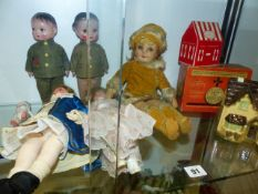 SEVEN VARIOUS SMALL VINTAGE DOLLS AND THREE OLD COLLECTION BOXES.