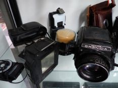 A GROUP OF VINTAGE CAMERAS AND LENSES TO INCLUDE ZANZA BRONICA, ROLLEIFLEX SCHNIEDER KREUZNACK LENS,
