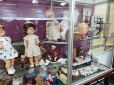 A COLLECTION OF VARIOUS DOLLS, TEDDY BEAR'S CLOTHING, A DOLL'S BED AND OTHER TOYS. (QTY)