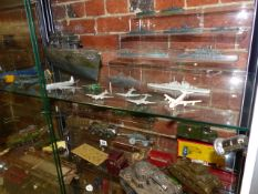 A COLLECTION OF VINTAGE DIE CAST AND TINPLATE MILITARY TOY VEHICLES,ETC TO INCLUDE A BOXED