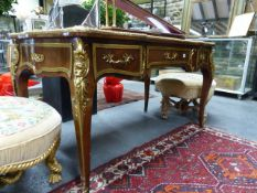 A GOOD QUALITY FRENCH LOUIS XV STYLE WRITING TABLE WITH GILT BRONZE MOUNTS AND THREE DRAWERS, THE