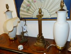 A BRASS CORINTHIAN COLUMN TABLE LAMP TOGETHER WITH AN ADJUSTABLE BRASS DESK LAMP AND A PAIR OF