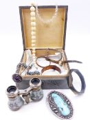 A SELECTION OF VINTAGE COSTUME JEWELLERY TO INCLUDE AN ENAMELLED PAIR OF OPERA GLASSES, ETC.
