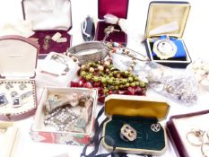 A GOOD SELECTION OF VINTAGE JEWELLERY TO INCLUDE GOLD, SILVER AND COSTUME PIECES.