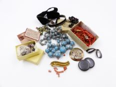 AN INTERESTING MIX OF COSTUME JEWELLERY TO INCLUDE A ROW OF CZECH GLASS HUBBELL BEADS, A SIGNED