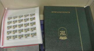 1 Karton voll Briefmarken und Belege in Alben, dabei auch Bogenware. Viel ältere Ware. Bitte