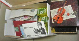 1 Karton voll mit Belegen, Briefmarken, Tütenware, etc., dabei viel Altware. Sicher eine
