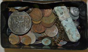 Alte Blechdose gefüllt mit alten Münzen, Medaillen, etc. Wohl aus Bodenfunde - kleine Fundgrube