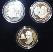 Lot von 3 Silbermedaillen 1990. Genscher / Kohl / Weizsäcker. 999er gepunzt im Etui. Lot of 3 silver