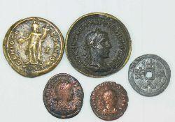 Römische Kaiserzeit, vier Münzen, darunter Maximinus II.