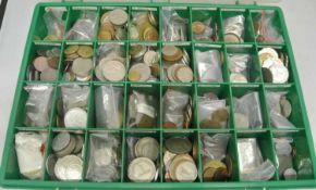 Box gefüllt mit Münzen ganze Welt, diese Länderweise sortiert. Dabei z.Bsp. Länder wie Hongkong,