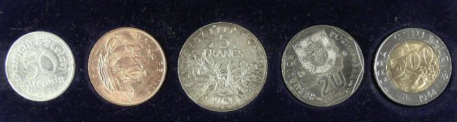 Münzalbum mit Münzen aus aller Welt. Bitte besichtigen.
