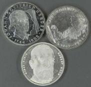 """BRD, Lot 10.- DM - Silbermünzen, bestehend aus: 1993 """"Robert Koch"""", 1994 """"Johann Gottfried"""