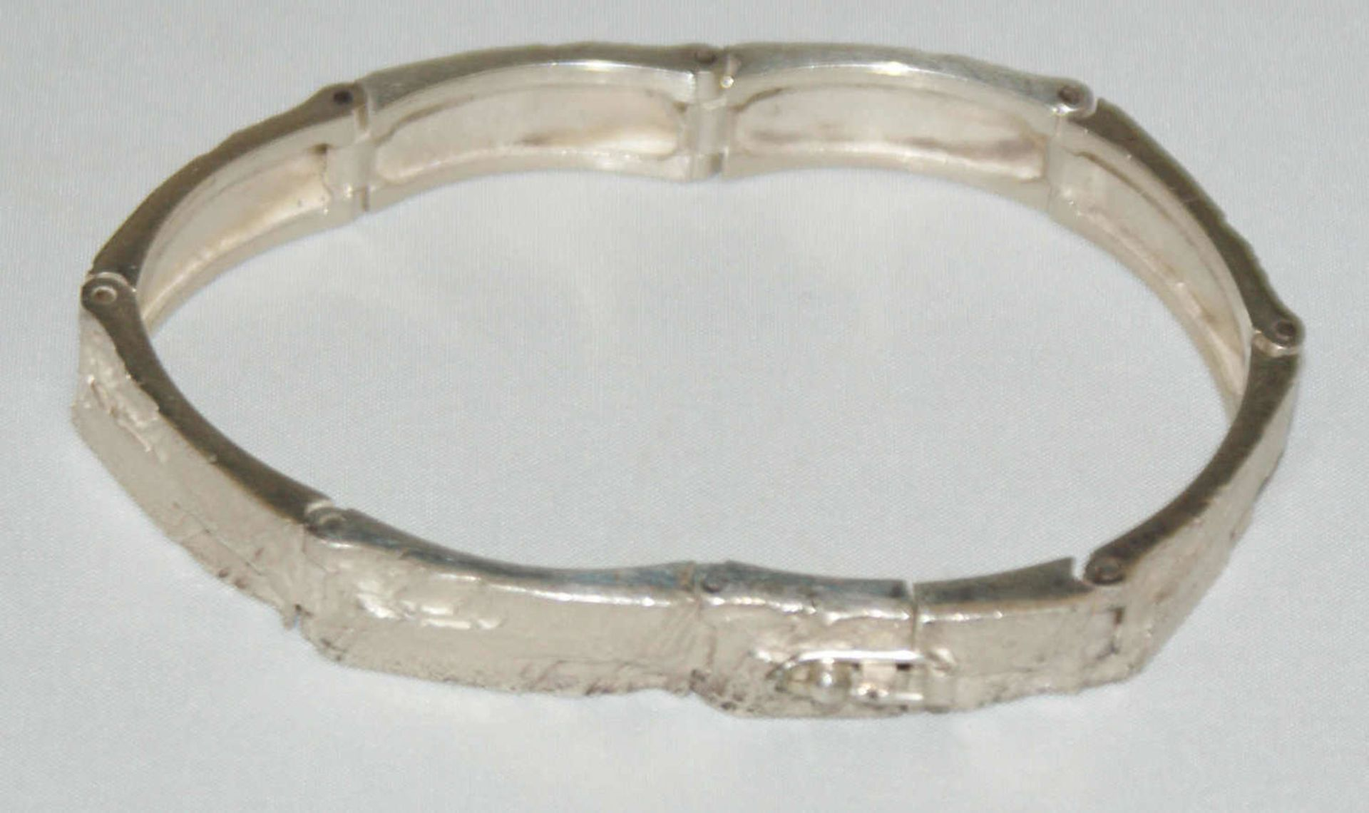 Armband, 925er Silber, in Hammeroptik. Länge ca. 18,5 cm. Gewicht ca. 27 gr.