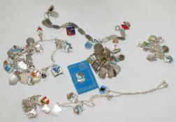 7 Bettelarmbänder mit vielen Charms, Gewicht ca. 68 gr, sowie viele Charms, z.B. Bad Herrenalb,