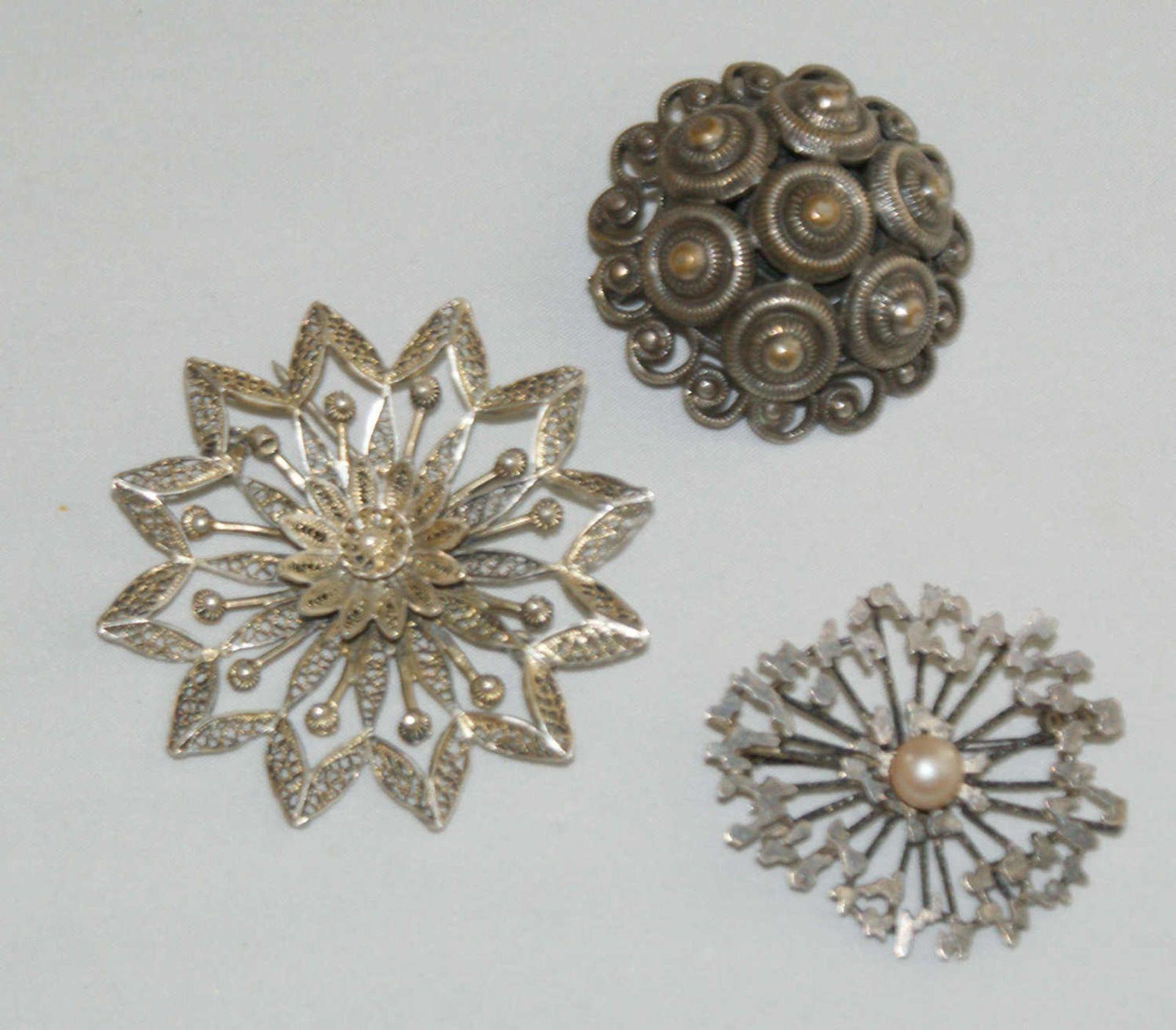 3 alte Silberbroschen, 1 besetzt mit 1 Perle. Bei einer Brosche Verschluß defekt. Gewicht ca. 23