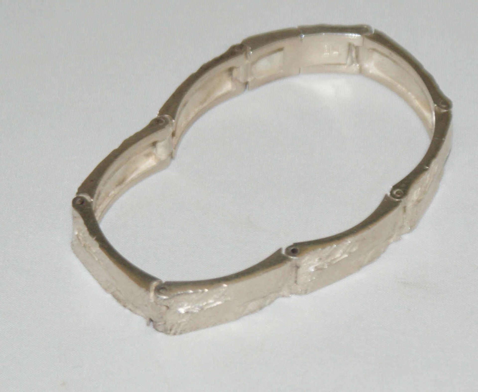 Armband, 925er Silber, in Hammeroptik. Länge ca. 18,5 cm. Gewicht ca. 27 gr. - Bild 2 aus 2