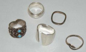 Kleines Silberring Konvolut, bestehend aus 5 Ringen. Verschiedene Modelle. Gewicht ca. 35 gr