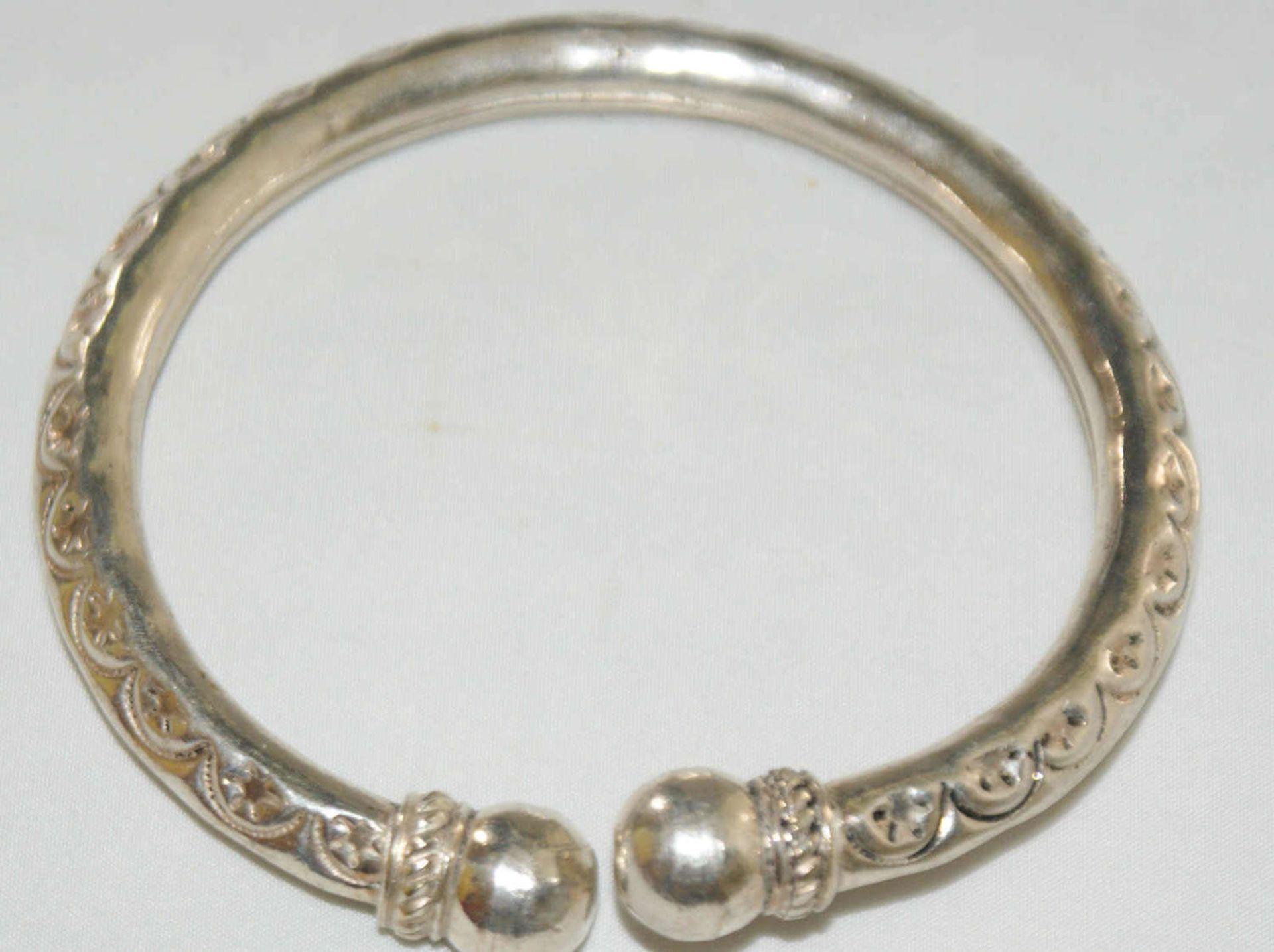 Armreif, 925er Silber, verziert mit Ornamenten. Offene Ringschiene. Gewicht ca. 24 gr