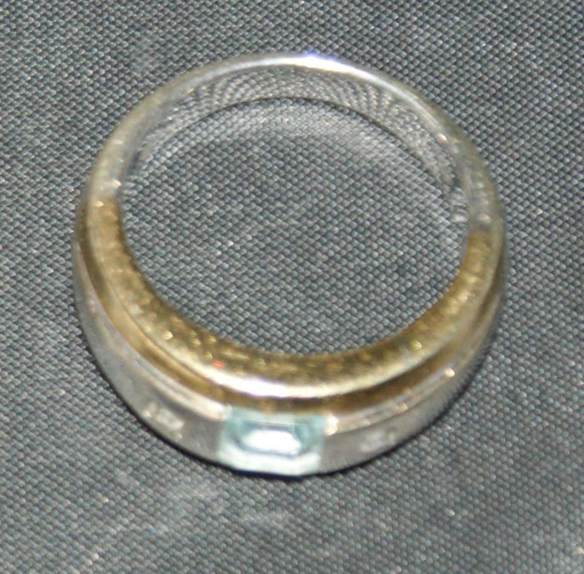 Damenring, 333er Gelbgold, bicolor, besetzt mit 1 Aquamarin, flankiert von 2 Zirkonia. Ringgröße 54, - Bild 3 aus 3