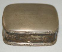 Silberdose, 800er Punze. Breite ca. 5 cm, Höhe ca. 1,7 cm, Tiefe ca. 4,5 cm. Gewicht ca. 33 gr