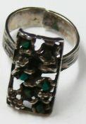 925er Silberring, Goldschmiedearbeit, offene Ringschiene, besetzt mit grünen Halbedelsteinen.