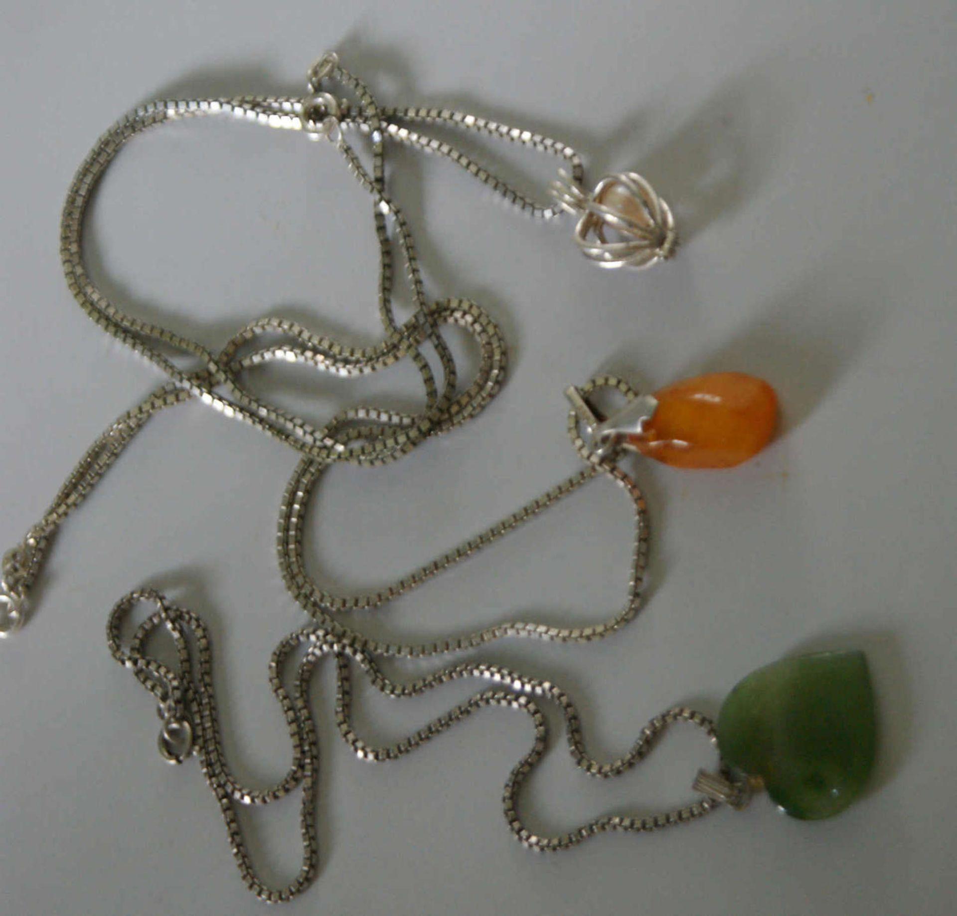 3 Silberketten mit Anhänger, 2x Halbedelstein, 1x Perle. Gewicht ca. 23 gr.