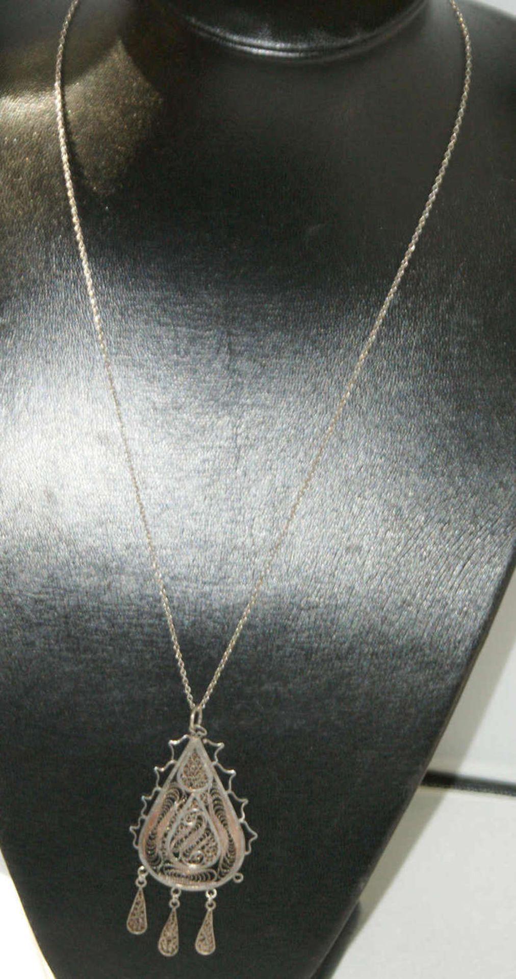 Silberkette 835er Silber, mit Anhänger aus geflochtenem Silberdraht. Anhänger mit Abhängungen. Länge