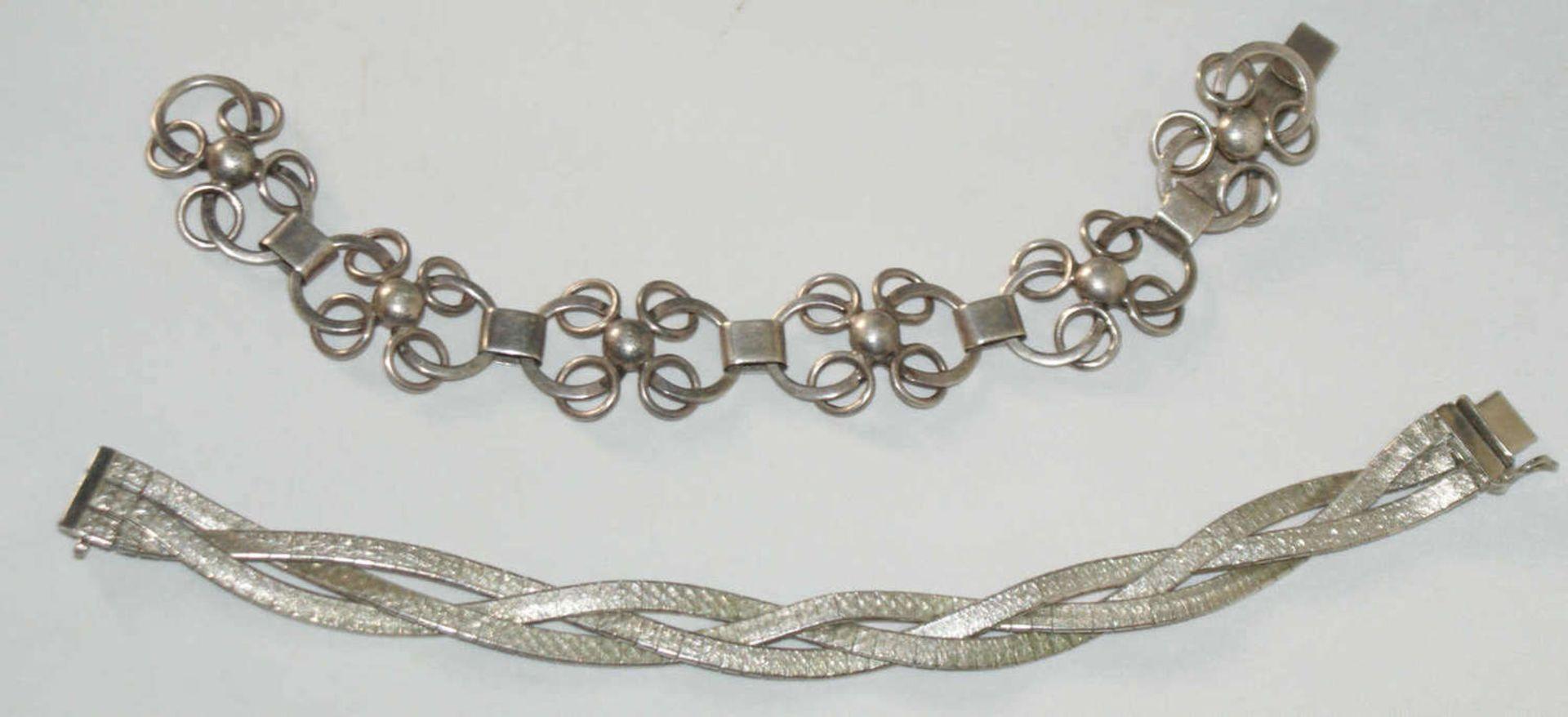 2 Armbänder, Silber, 1x 835er Silber, sowie 830er Silber. 1x alte Handarbeit. Gewicht ca. 52 gr