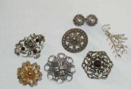 Konvolut Silberbroschen, insgesamt 7 Stück. Verschiedene Modelle, teilweise besetzt mit Steinen.