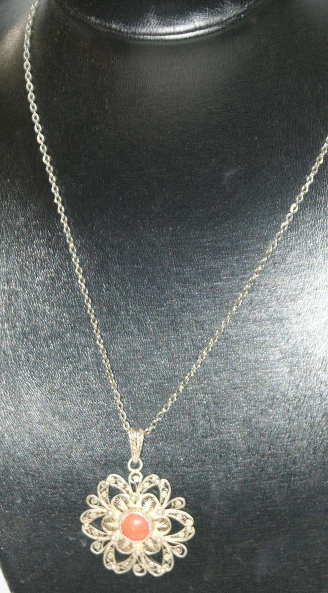 Korallenschmuck, bestehend aus 1 Silberkette mit Anhänger, dieser besetzt mit 1 Koralle, Länge ca.