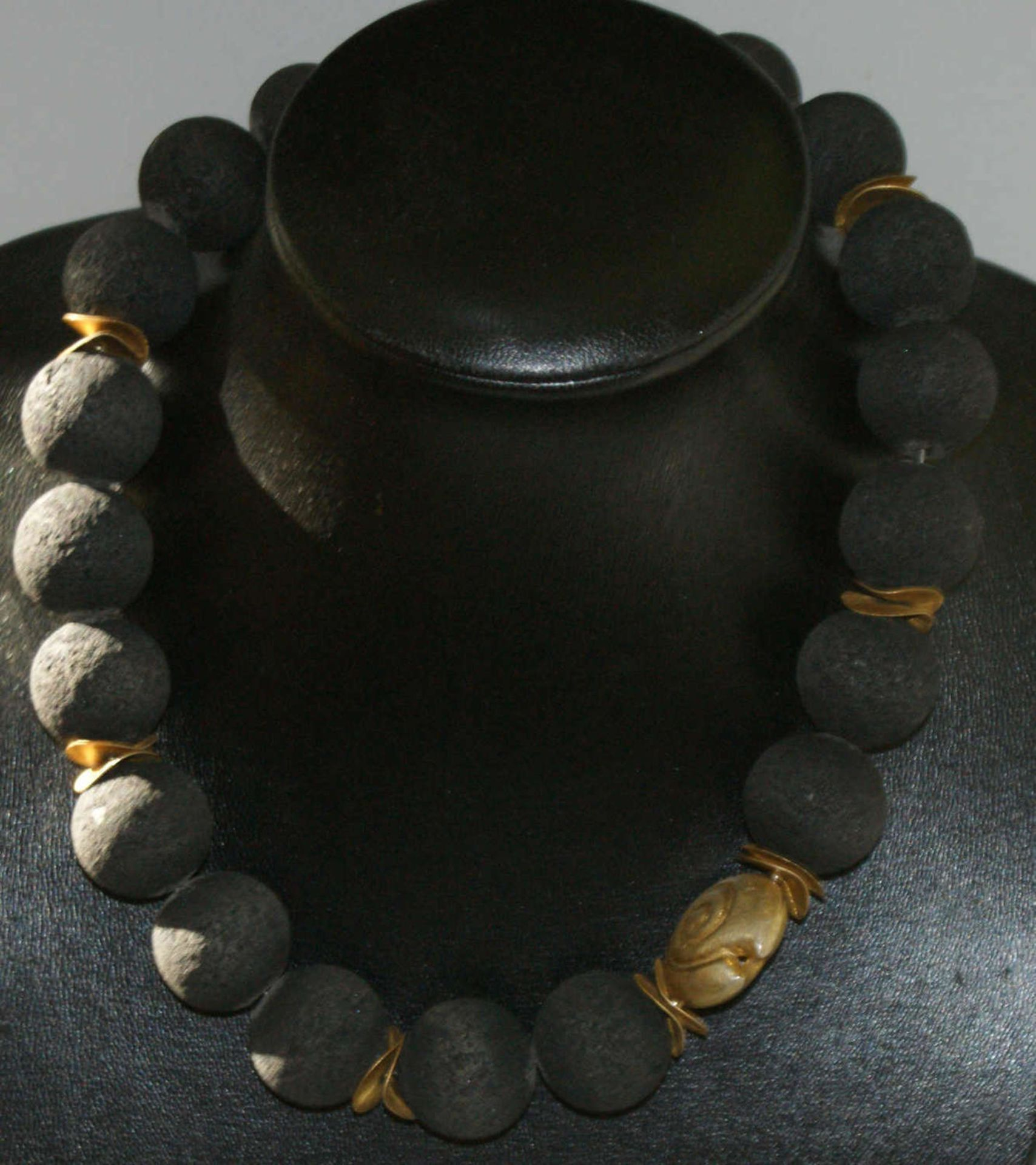 Kette mit großen schwarzen Korallenkugeln mit Silberplättchen vergoldet. Mit Magnetverschluß.