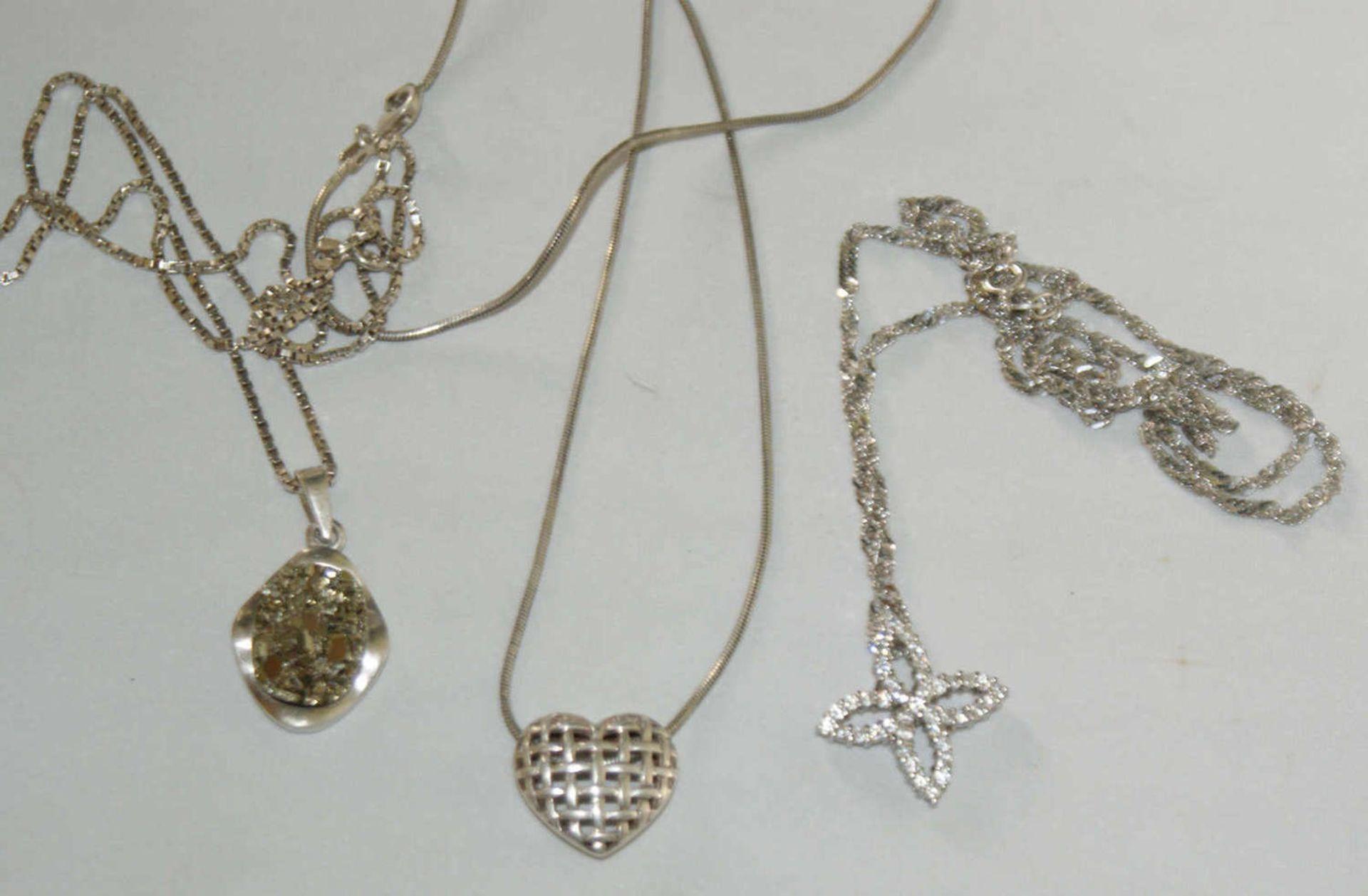 3 Silberketten mit Anhänger, verschiedene Modelle.