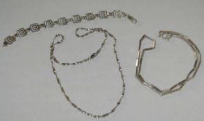 Lot Silberschmuck, bestehend aus 2 Ketten, sowie 1 Armband. Gewicht ca. 23,5 gr