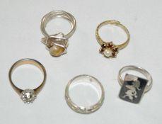 Konvolut von 5 Silberringen, verschiedene Modelle. 1 Ringe mit Onyxplatte, bei dieser 1 Ecke