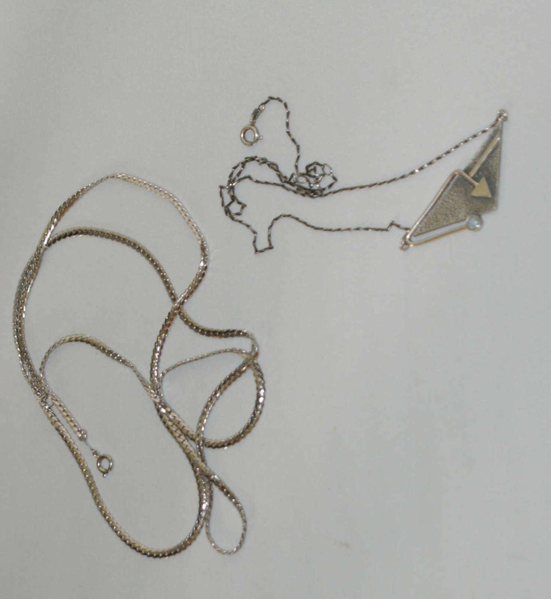 1 Silbercollier, Länge ca. 44 cm, sowie 1 Silberkette, Länge ca. 80 cm. Gewicht ca. 21 gr.