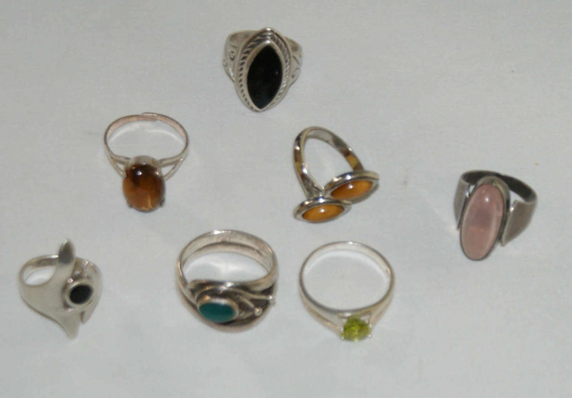Konvolut Ringe, Silber, besetzt mit z.B. Tigerauge, Rosenquarz, Onyx etc. Insgesamt 7 Stück.