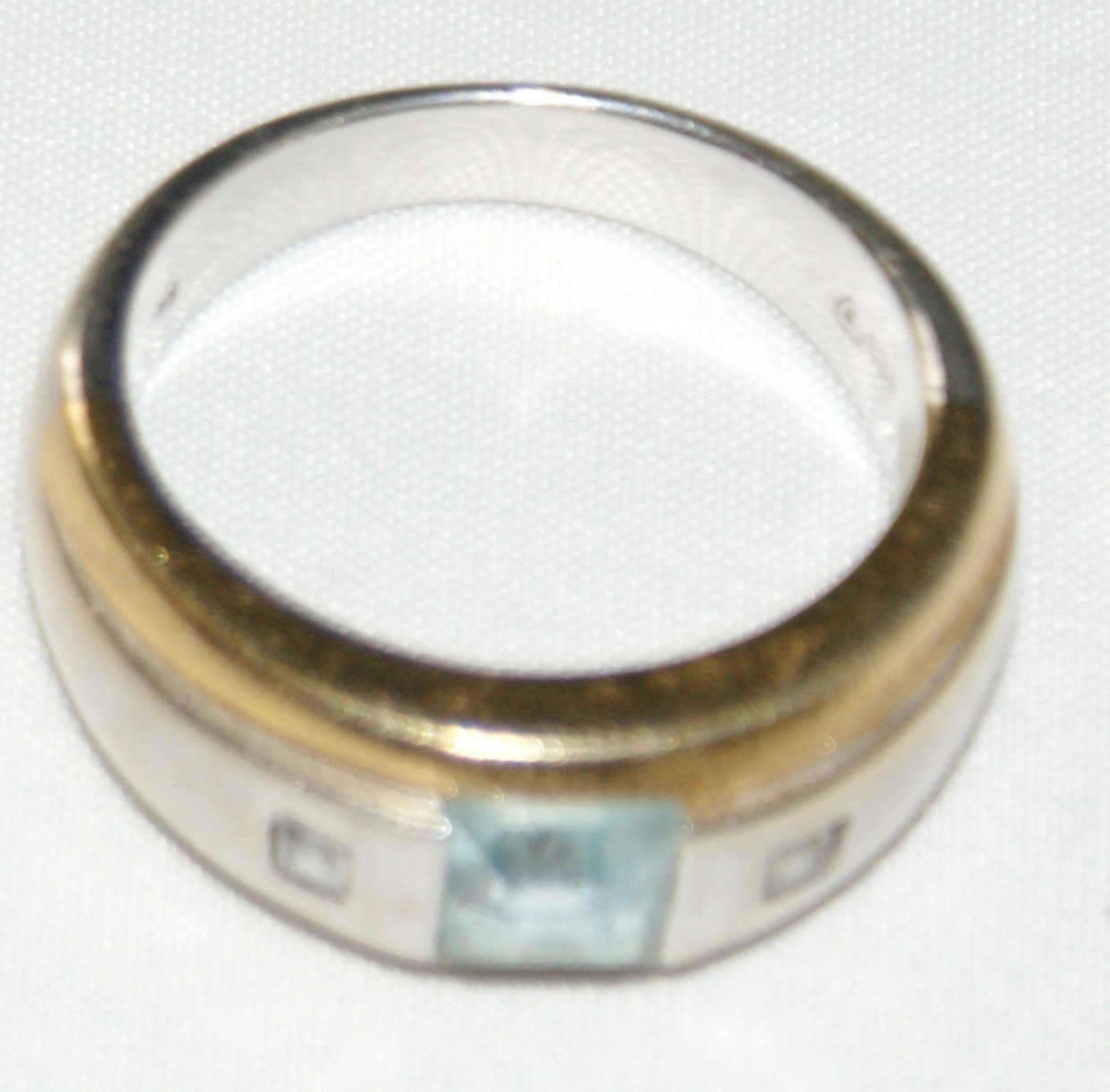 Damenring, 333er Gelbgold, bicolor, besetzt mit 1 Aquamarin, flankiert von 2 Zirkonia. Ringgröße 54, - Bild 2 aus 3