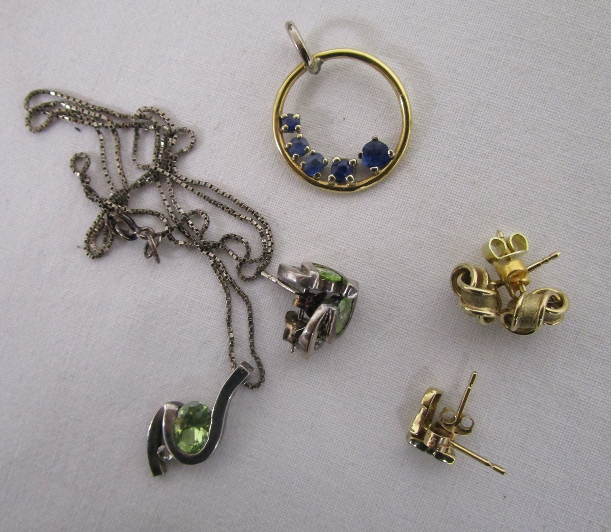 Lot 32 - Small box of jewellery to include gold and silver