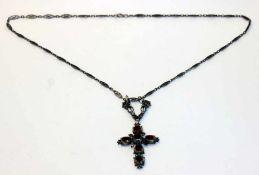 Dekorativer Silber Kreuzanhänger mit Granaten ?, L 7 cm, an filigraner Gliederkette, L 56 cm, 19.