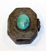 Silber Döschen in achteckiger Form, fein graviert und mit Türkis verziert, L 3,5 cm, B 3 cm, 17 gr.,